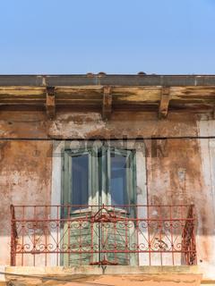 Altes Haus mit Balkongitter und Balkontür mit Textfreiraum