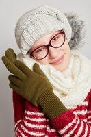 Attraktive Frau mit Schal und Mütze im Winter