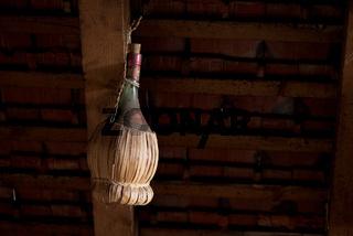 Chianti Flasche auf einem Dachboden