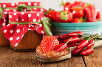 Marmelade aus Erdbeer und Chili auf einem rustikalen Holztisch