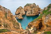 Felsenküste an der Algarve, Ponta da Piedade, in Portugal.