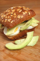 Sandwich mit Avocado und Ei, Avocadoburger mit Ei, Eiersandwich mit Avocado