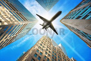flugzeug über wolkenkratzern
