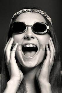 Junge Frau mit Sonnenbrille, schreit