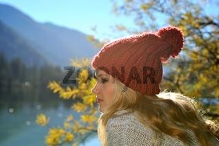 Junge Frau mit roter Mütze am Hintersee