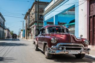 Roter Oldtimer parkt in Santa Clara Cuba