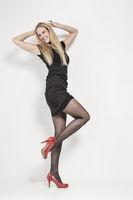 Blondine im schwarzen Minikleid