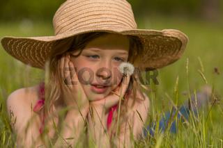 M Hut Wiese Pusteblume liegen schauen