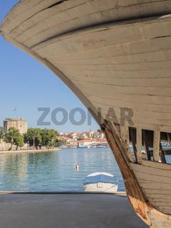 Blick auf Trogir, Kroatien, mit dem Bug eines Schiffes im Vordergrund