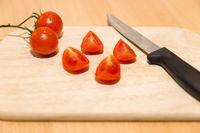 Leckere Tomate auf einem Brett