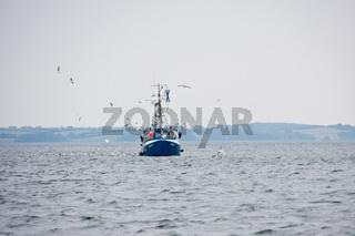 Fischkutter mit Schleppnetz
