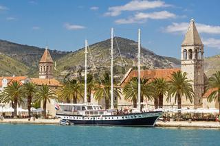 Blick auf Trogir, Kroatien: Hafen mit Segelschiff und Dominikanerkloster