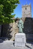 Skulptur und Kirche