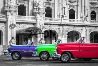 Drei Cabriolet Oldtimer parkend in Havanna City Kuba