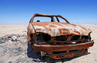 Unfallwagen am Straßenrand, Namibia; car damaged from fire, Namibia