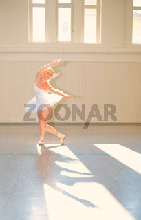 Junge Frau beim Ballet