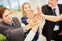 Hände von Geschäftsleuten geben High Five