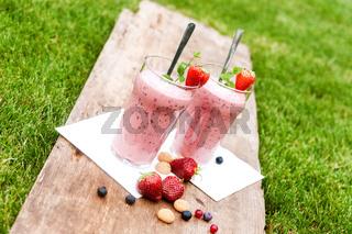 Fruchtiger Beerenmilchshake im Freien