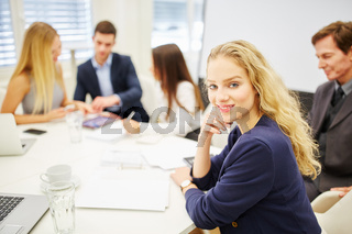 Junge Geschäftsfrau in einer Strategie Diskussion