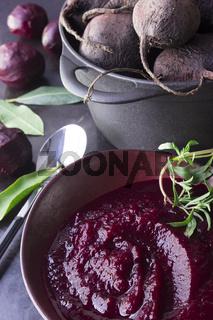 Rote Beete Suppe in Suppenschale mit Creme Fraiche