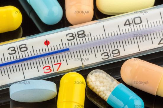 Fieberthermometer und Tabletten