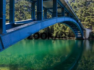 Brücke über den Fluss Krka im Krka Nationalpark in Kroatien