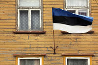 Estnische Nationalflagge an Fassade eines Holzhauses, Parnu, Europa