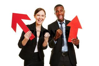 Mann und Frau jubeln mit Pfeil zur Motivation