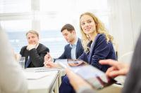 Business Team bei Diskussion der Strategie
