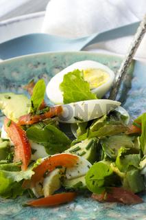 Avocadosalat mit Eiern und Tomaten