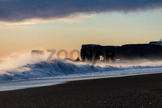 Sonnenuntergang am Strand von Vik Dyrholaey in Island