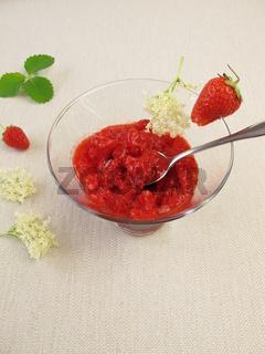 Erdbeersorbet mit Holunderblueten