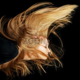 Frau mit langen blonden fliegenden Haaren