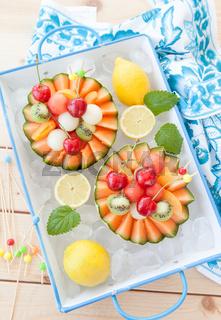Obstsalat in Melone auf Eis