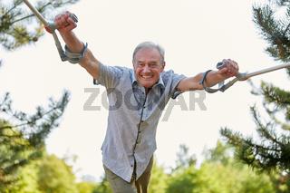 Alter Mann geht auf Krücken spazieren