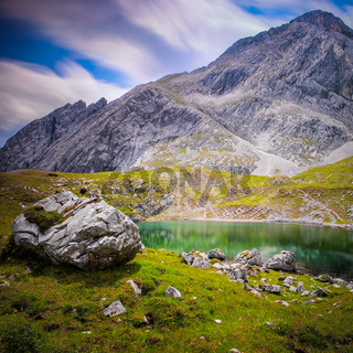 Einsamer Bergsee in den Alpen