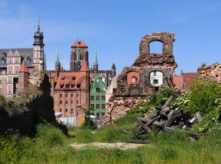 Blick durch eine Ruine auf die Altstadt in Danzig