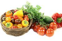 Gemüsekorb mit verschiedenem buntem Gemüse
