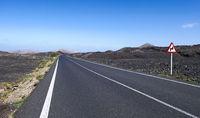 Straße durch Lavafelder
