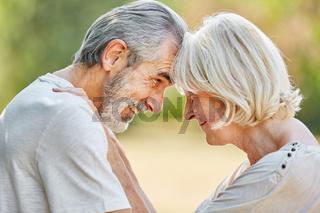 Senioren schauen sich verliebt in die Augen