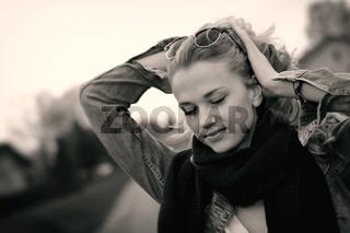 Junge Frau richtet ihr Haar