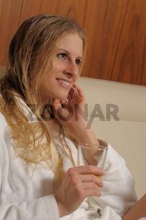 Junge Frau im Ruheraum einer Therme