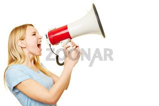 Junge Frau schreit laut in Megafon