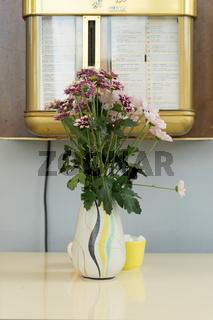 Blumenstrauß in Vase aus den Sechzigern