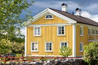 Altes, gelb gestrichenes Bauernhaus in Schweden