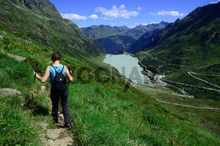 Wandern beim Vermunt-Stausee an der Silvretta Hochalpenstrasse, Vorarlberg