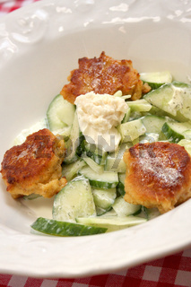 Haferflocken-Pflanzl mit Gurkensalat und Kren