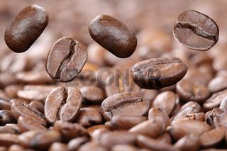 Fliegende Kaffeebohnen frischer Kaffee Bohnen fliegen