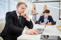 Geschäftsmann mit Laptop im Konferenzraum