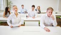 Besorgte Geschäftsleute vor einer Prüfung